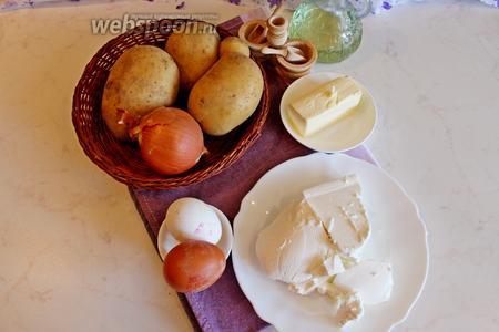 Для приготовления запеканки нам понадобится 4-5 среднего размера сырого картофеля, лук, брынза, яйца, соль, перец, прованские травы, сливочное масло.