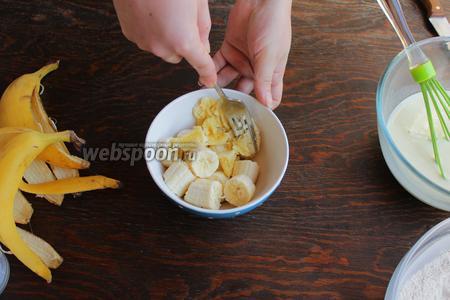 Бананы размять в пюре, добавить к жидким ингредиентам. Яблочко натереть на крупной тёрке.