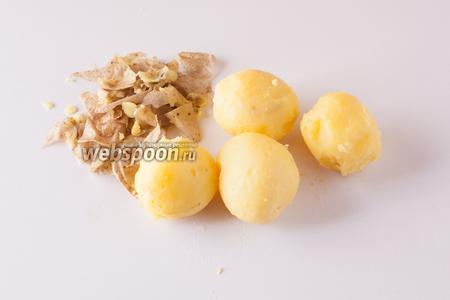 Чистим картошку пока она ещё горячая. Это очень важно! Если по каким-то причинам картошка остыла, то нарежьте её и подогрейте любым доступным способом.