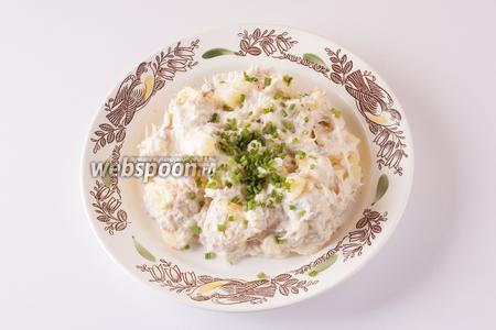 Сервируем салат с мелко нарезанным зелёным луком.