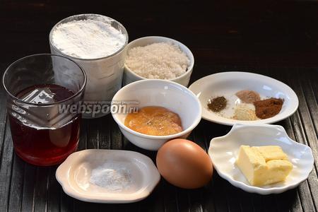 Для приготовления печенья пипаркукас нам понадобится мука, клубничный сироп (можно выбрать сироп другого вкуса), сливочное масло, мёд, сахар, яйцо, разрыхлитель, корица, чёрный молотый перец, имбирь молотый, мускатный орех молотый.
