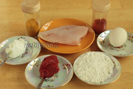 Для приготовления этого блюда нам понадобятся куриное филе, йогурт, томатная паста, яйцо, соль и специи.