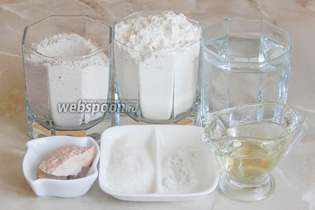 Готовить домашний хлебушек предлагаю из таких продуктов, как: мука пшеничная и гречневая, вода тёплая кипячёная, дрожжи свежие, соль, сахар и масло растительное.
