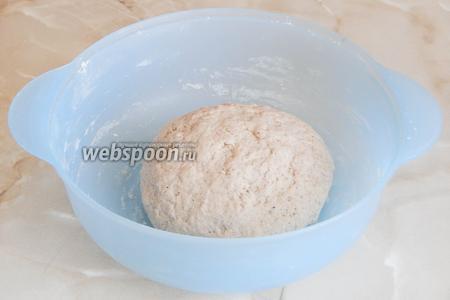 Замешиваем тесто, чтобы увлажнилась мука, затем добавляем масла и вымешиваем всё минут 10-15. Вначале тесто будет не особо гладким, но постепенно в нём начнёт развиваться клейковина и оно изменится. Колобочек будет гладким и послушным. Даём ему подойти в тепле 1 час.