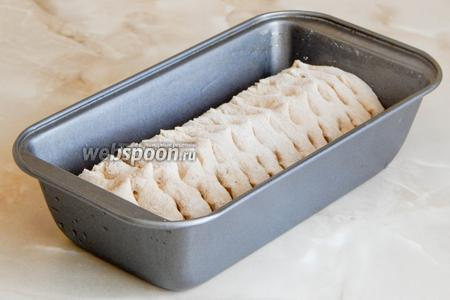 Делаем кухонными ножницами довольно глубокие надрезы в три ряда и даём заготовке постоять час в тепле. Тем временем разогреваем духовку до 210ºC. Ставим на дно миску с горячей водой — это паровая баня.
