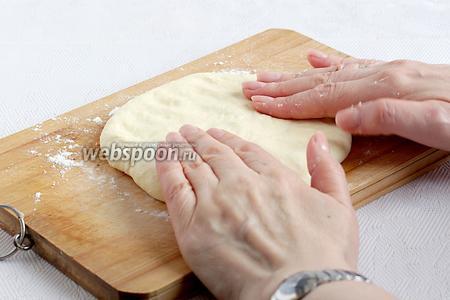 И аккуратно снова расплющить лепёшку с начинкой, стараясь не прорвать её. Оставить толщину лепёшки в 1 см.