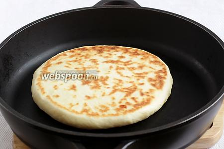 Каждую лепёшку обжарить на раскалённой и сухой сковороде с двух сторон под крышкой. После того, как выложили лепёшку, огонь уменьшить до среднего.
