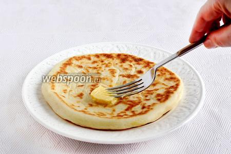 Каждую лепёшку смазать сливочным маслом и накрыть глубокой тарелкой, чтобы не остывали, пока жарятся остальные лепёшки. В тёплом виде они особенно вкусны, сыр внутри так приятно тает.