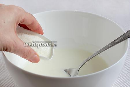 Добавить сахар, соль, соду и снова размешать, чтобы  кефир вошёл в реакцию с содой. Получится пышная пенистая масса.