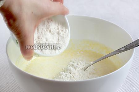Постепенно добавляя муку, замесить очень мягкое тесто. По своей структуре оно похоже на дрожжевое, слегка липнет, но не прилипает. Главное, не забить тесто мукой, возможно, часть муки ещё останется на подсыпку.