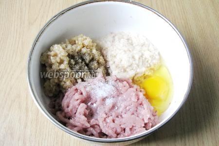 К рыбе, луку и батону добавляем яйцо. Фарш солим и перчим по вкусу. Учтите, что блюдо должно быть достаточно острым, но в виду того, что не все могут есть много перца ограничьтесь своей нормой. Кладём чайную ложку сахара.