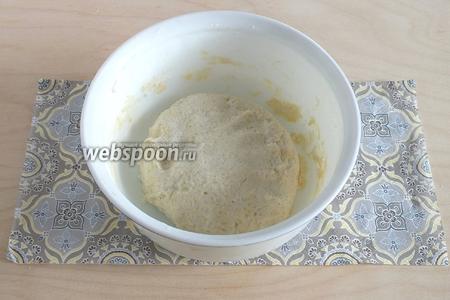 Замесите тесто как на обычные творожные сырники. Дайте постоять минут 5.