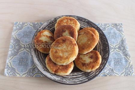 Подайте тёплые сырники к столу. В качестве сладкого соуса используйте сиропы, джемы, повидло, мёд или сгущённое молоко.