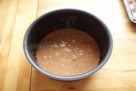 Наш бисквит я выпекала в мультиварке на режиме «выпечка» по времени 45 минут. У кого нет мультиварки, то выпекаем в заранее разогретой духовке до 180 градусов по времени 40 минут. Готовность бисквита проверяем деревянной шпажкой.
