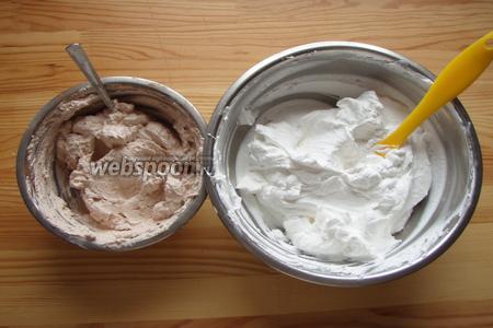 От нашего крема отделяем приблизительно 1/4 часть и добавляем в неё какао, перемешиваем до однородности и в результате получаем шоколадный крем.  И в итоге 2 вида крема, как на фото!