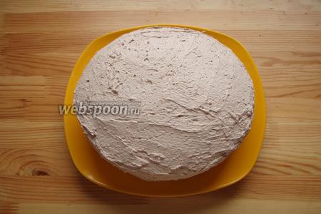 И затем наш торт полностью обмазываем кремом с какао. И отправляем в холодильник минимум на 2 часа чтобы пропитался.