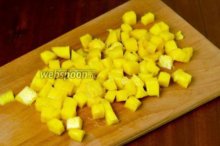 Более крупные части манго разрезать, чтобы получились кубики.