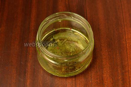 Приготовить соус винегрет. Влить в баночку масло, выжать из лимона сок, добавить соль и свежемолотый перец. Баночку накрываем крышкой и интенсивно трясём, чтобы перемешать.