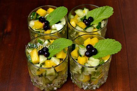 Перекладываем салат в стаканы, украшаем листиком мяты и ягодами чёрной смородины. Подаём сразу после приготовления.
