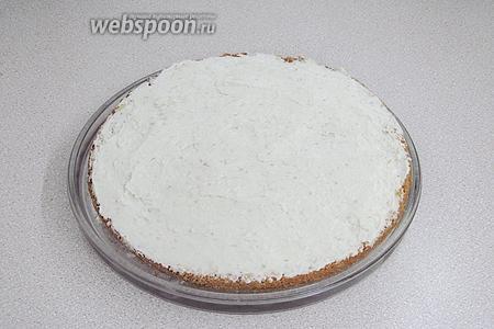 На пропитанный сиропом нижний пласт намазать слой крема.