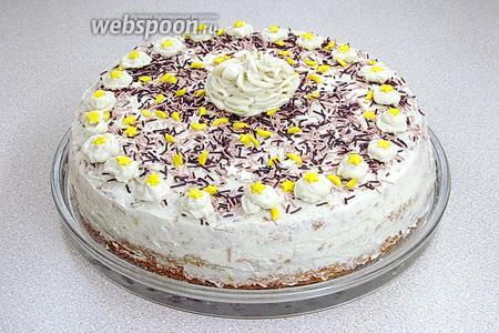 Украсить торт сверху кремом и цветной кондитерской посыпкой.