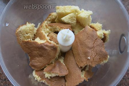 Верхушку бисквита, обрезки «ушек» перемалываем в крошку. Все огрехи бисквита пошли под нож.