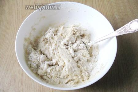 Перемешиваем молоко с дрожжами, сахаром, ванильным сахаром, солью, сливочным маслом, подсолнечным маслом и мукой. Яиц в тесте нет.