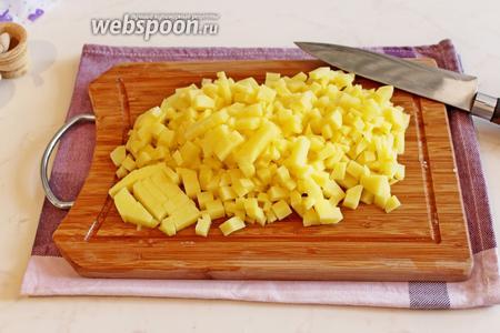 Также кубиком нарезать и картофель.