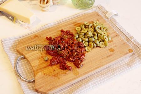 Вяленые томаты и оливки без косточек нарезать мелко.