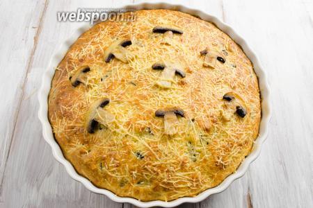 Готовый пирог вынуть из духовки. Когда он немного остынет, вынуть из формы и выложить на решётку.