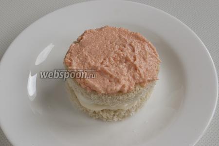Второй кружочек необходимо с обеих сторон смазать сливочным маслом, положить на первый кружочек. Сверху нанести икру мойвы.