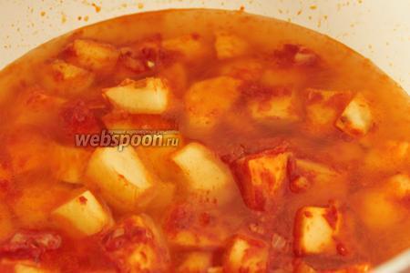 Влить горячую воду, чтобы она полностью покрывала картофель. Посолить.