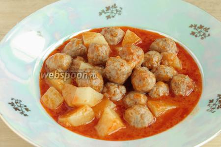 Подавать фрикадельки вместе с кубиками картофеля и томатным соусом.