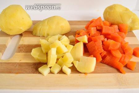 Картофель и морковь нарезать небольшим кубиком.