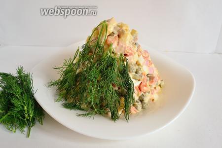 Теперь веточками укропа начинаем покрывать салатный конус, начиная снизу и поднимаясь вверх.