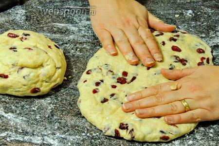 Делим тесто на 2 части. Каждую часть руками растянем в овал. Тесто очень податливое.