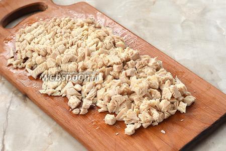 Куриное филе отварить до готовности. Охладить и нарезать небольшими кубиками.