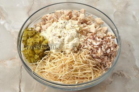 Соединить сельдерей, шампиньоны, огурцы, филе, майонезную смесь.