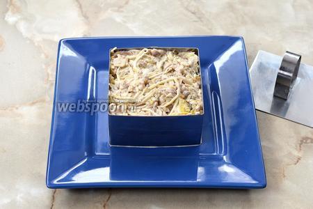 Подать салат можно порционно, воспользовавшись для этого специальной формочкой для формовки салатов.