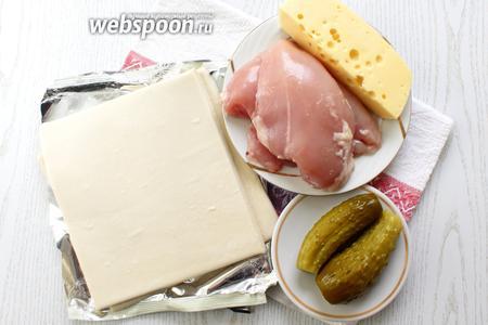 Для приготовления лодочек нам понадобятся картофель, сыр твёрдый, маринованные огурцы, слоёное тесто, соль, перец чёрный молотый, лук репчатый, куриное филе, яйцо куриное и масло растительное.