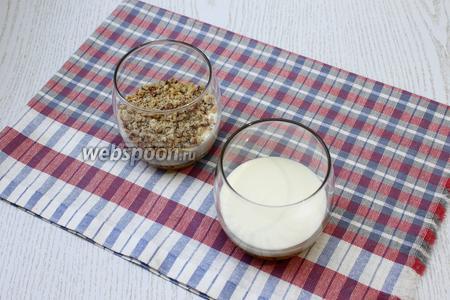 На дно креманок или бокалов выложить слоями творожную смесь, печенье и орехи.