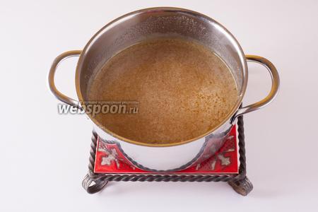 Растапливаем масло, мёд и сахарный песок на спокойном огне вплоть до получения гомогенной смеси. Переливаем в ёмкость, в которой собираемся вымешивать тесто, и даём почти полностью остыть (1 час, указанный во времени на подготовку).