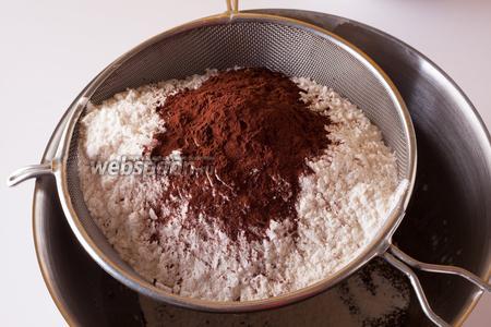 Вводим в обогащённую медовую смесь муку, разрыхлитель и какао.