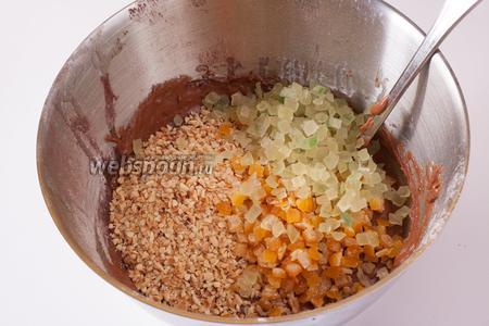 Когда тесто вымешено (по консистенции получится что-то вроде густой штукатурки), вмешиваем в него ложкой рубленный фундук и цукаты.