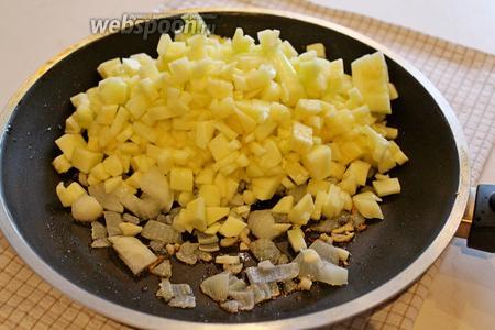Добавить кабачок и потушить до мягкости кабачка (около 5-7 минут).