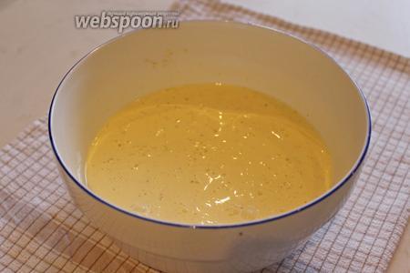 Яйца взбить со сливками, солью и перцем.
