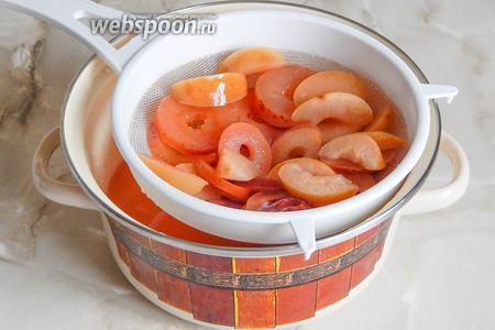 Откидываем яблоки на сито и даём сиропу стечь по максимуму около 1-2 часов.
