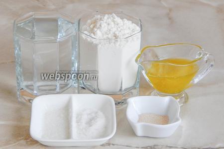 Для приготовления такого хлебушка нам понадобятся следующие ингредиенты: мука пшеничная, вода кипячёная, соль, сахар, масло растительное (у меня оливковое), а также дрожжи сухие активные.