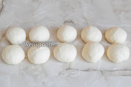 С каждого кусочка скатываем шарики — 10 штук (у меня по 62 грамма каждый). Оставим шарики на столе, прикрыв полотенцем, на 1 час.