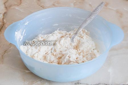 Перемешиваем тесто ложкой, чтобы мука увлажнилась. Даём тесту постоять 15 минут.